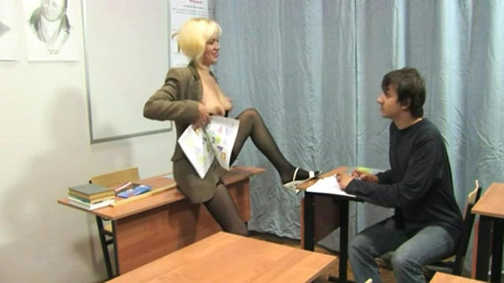 Сексуальная училка нашла способ заставить учеников учиться