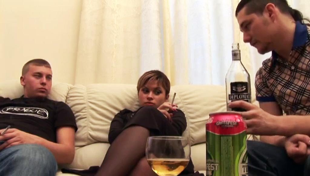 Дружки напоили русскую девку и жестко трахнули милашку в ванной