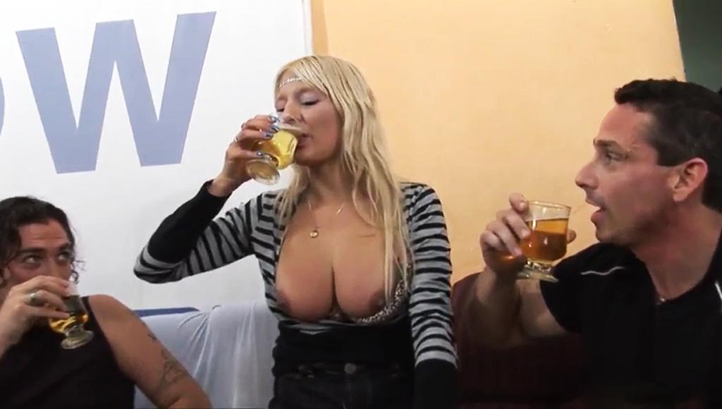 Пацаны напоили сексуальную блондинку, чтобы жестко трахнуть красотку