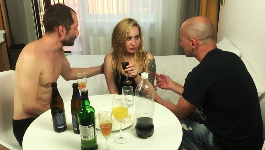 Секс пары мужчин с сексуальной подружкой
