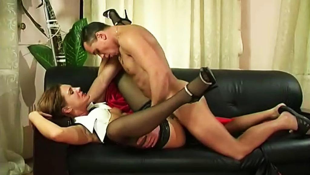 Молодой самец отвлек спелую любовницу от работы своим большим членом