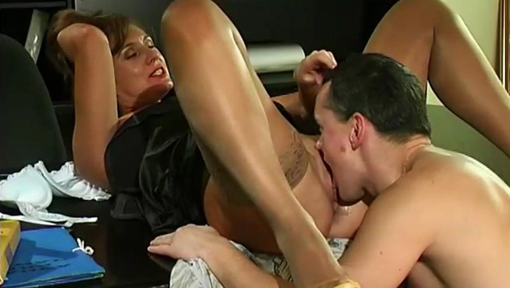 Вылизал сочную киску сексуальной руководительницы