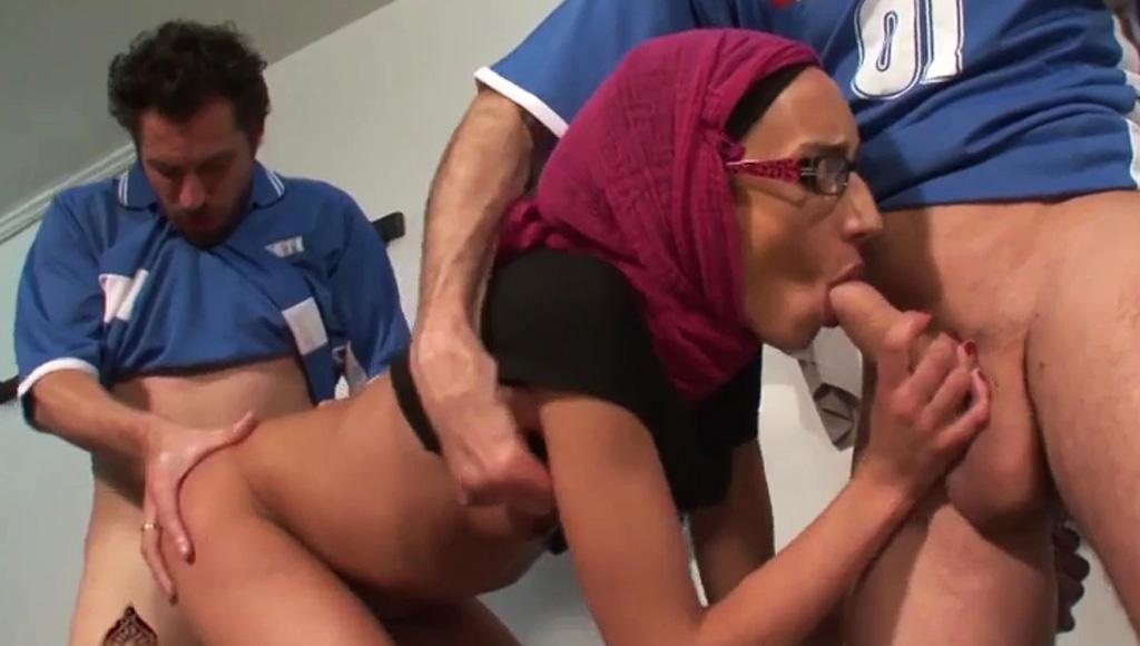 Мусульманка трахнулась с мужиками из сборной по футболу