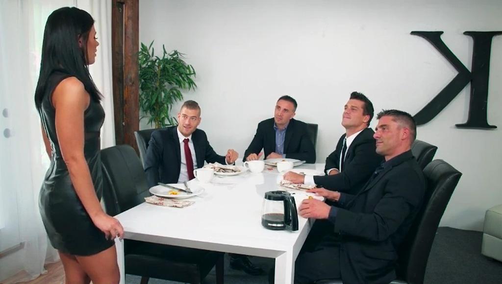 МУжик согласился отдать жену на проеб толпе коллег, чтобы подписать важный контракт