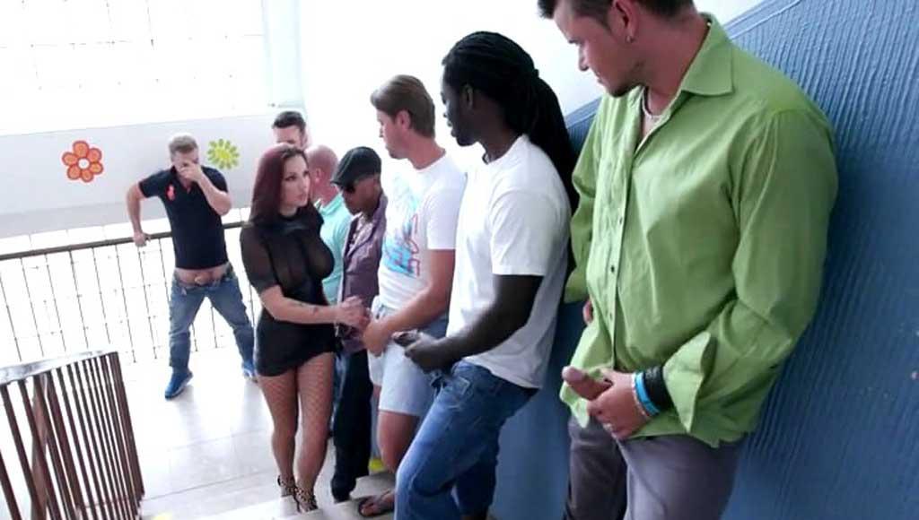 Чувак организовал жесткую групповушку для подружки