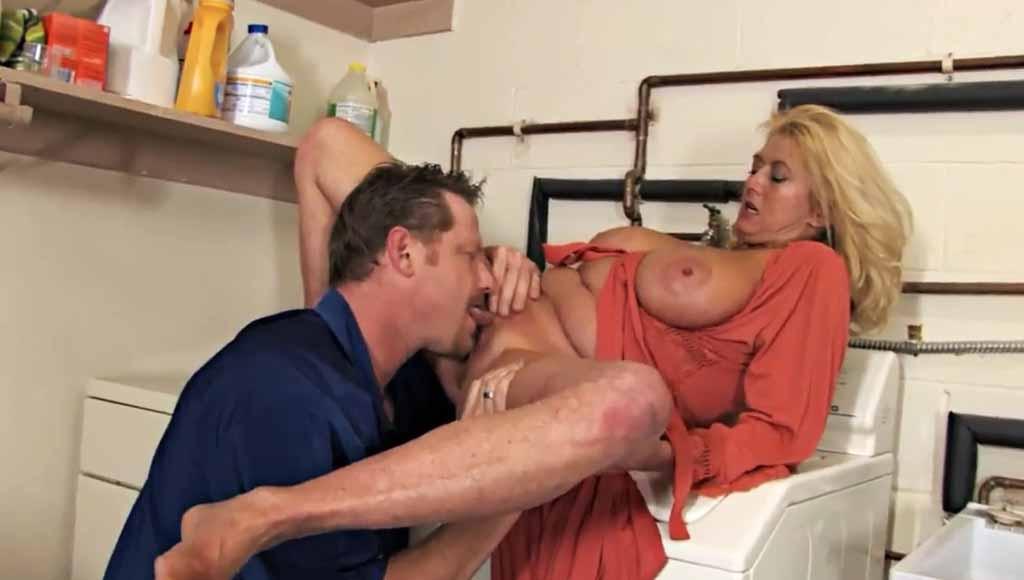 Мужик трахнул сочную супругу в прачечной