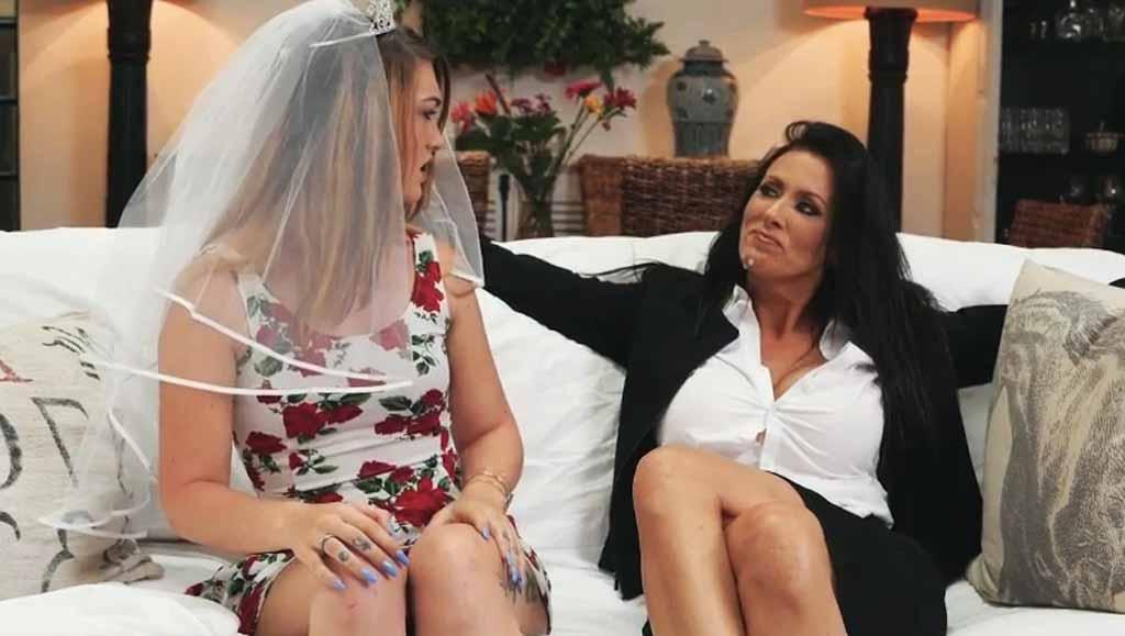 Тёлочка трахнулась с женихов, пока невеста ждала в гостиной