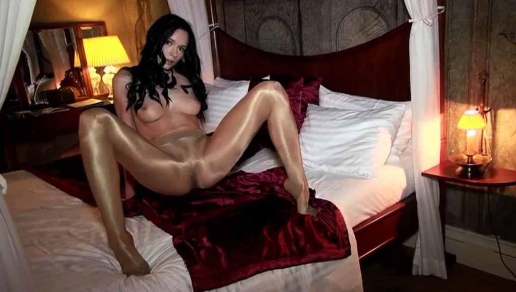 Девка раскрутила рекламный ролик своим стройным телом
