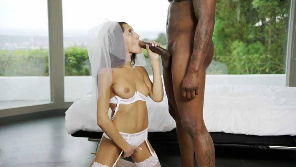 За день до собственной свадьбы, похотливая милфа снова посетила темнокожего любовника