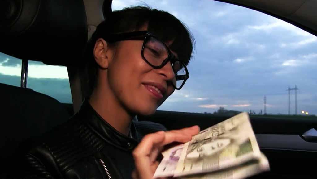 Брюнетка согласилась отсосать незнакомцу за деньги