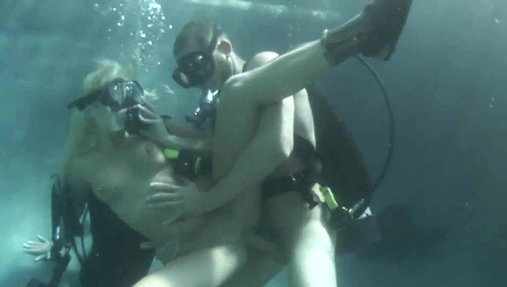 Невероятный секс во время погружения в воду с аквалангом