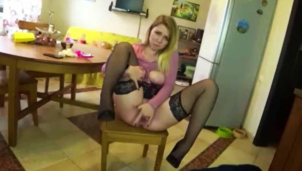 Озабоченная девка проникла в дом красавчика, и против его воли стала играть с членом пацана